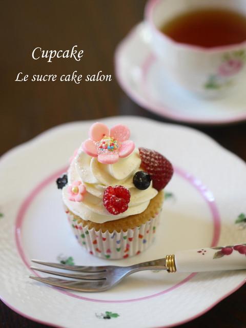 ベリーとお花のカップケーキ